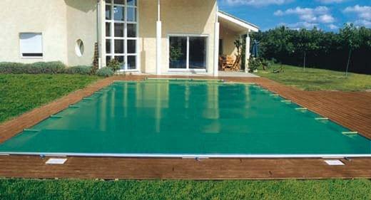 Pose d'une bâche de piscine à Narbonne réalisée par BTV, spécialiste de la rénovation de piscine à Narbonne et dans tout le Languedoc-Roussillon