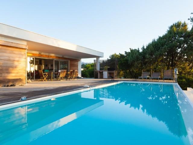 Comment garder l'eau de sa piscine propre plus longtemps ?