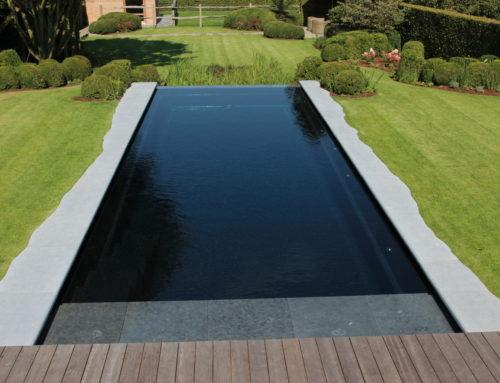 Osez le liner noir ou gris pour une eau de piscine sombre !